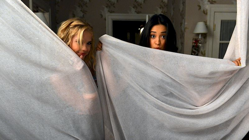 Pretty Little Liars - Visit Your Favorite Liars On Set With These BTS Photos! - Thumb