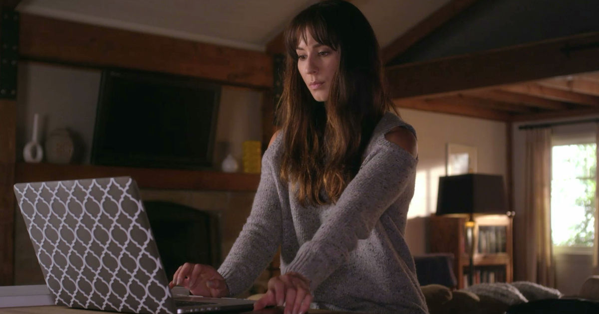 Pretty Little Liars - Spencer Rocks A Super Flattering Look In Episode 8. Find Out All The Details Here! - 1001