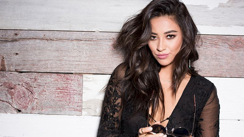 Pretty Little Liars - Aloha 🌺! Shay Mitchell Went To Hawaii And Did Everything Right - Thumb