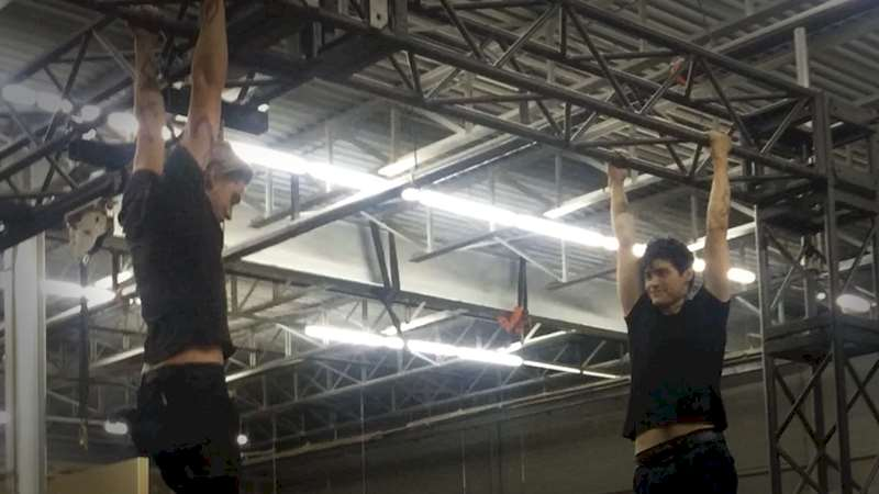 Shadowhunters - [EXCLUSIVE VIDEO] Parabatai Pull Up Contest! Jace and Alec go head to head! - Thumb