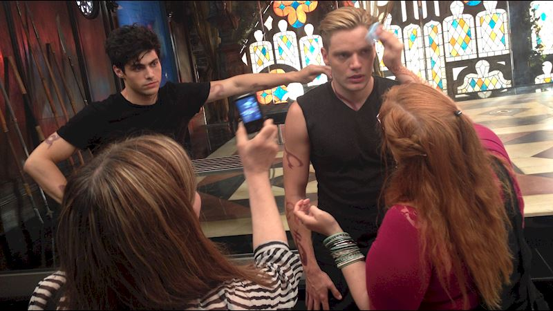 Shadowhunters - [EXCLUSIVE PHOTOS] Shadowhunters On Camera and Off  - Thumb