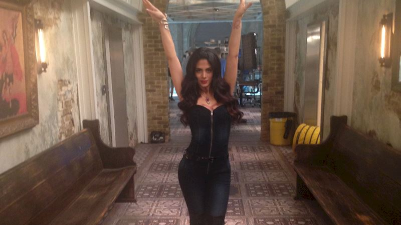 Shadowhunters - [EXCLUSIVE VIDEO] Emeraude Toubia Lights Up a Set in Spanish - Thumb