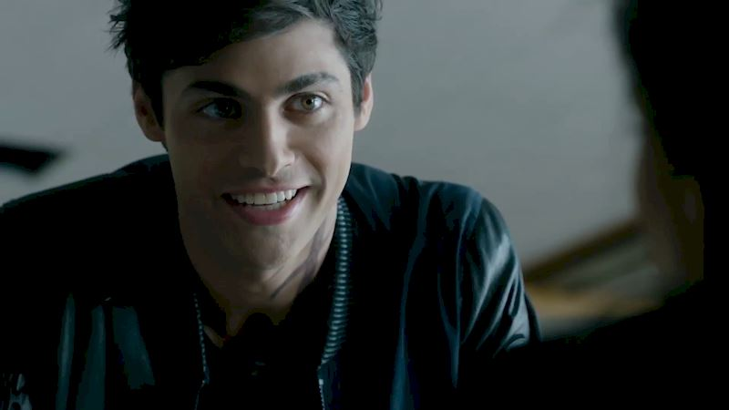 Shadowhunters - [SNEAK PEEK] Episode 107: Watch Alec Try Out His Best Pick Up Lines! - Thumb