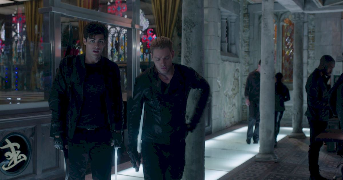 Shadowhunters - Exclusive Finale Sneak Peak: Jalec And The Werewolves Are Looking For Hodge!  - 1002